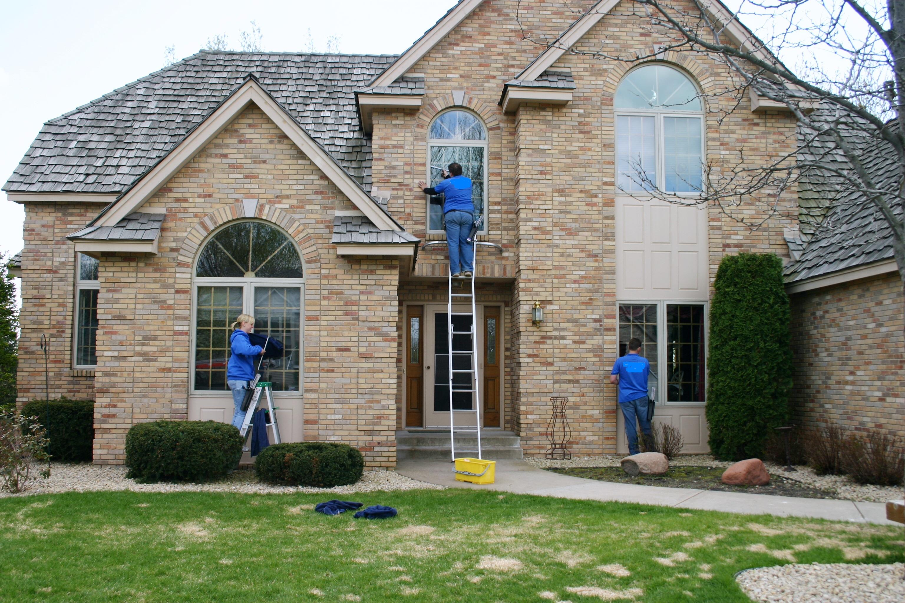 7 things to consider when hiring a window cleaning service for Window washing